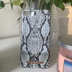 Iphone skal i snake mönster från ideal of sweden, skalet är fint skick men märket som ni ser på bilden är väldigt slitet. Passar till Iphone 6/7/8 plus.