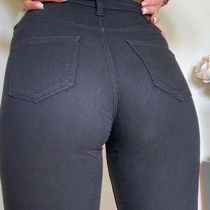 Ett par svarta jeans som är så snygga och sitter super bra! Jeansen är från Weekday och har storlek M!🦋 (SWISH) frakt=55kr