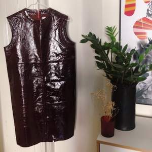 Superfet klänning från STAND i läder, supersnygg med ett skärp i midjan! Köparen står för frakt eller möts upp i Sthlm 🍷