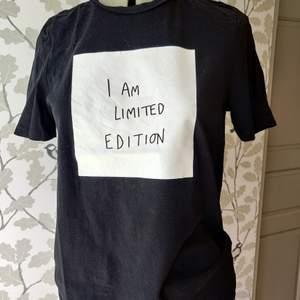 Svart t-shirt från Vero Moda, vitt tryck, väldigt bra skick, storlek S. 50kr+frakt