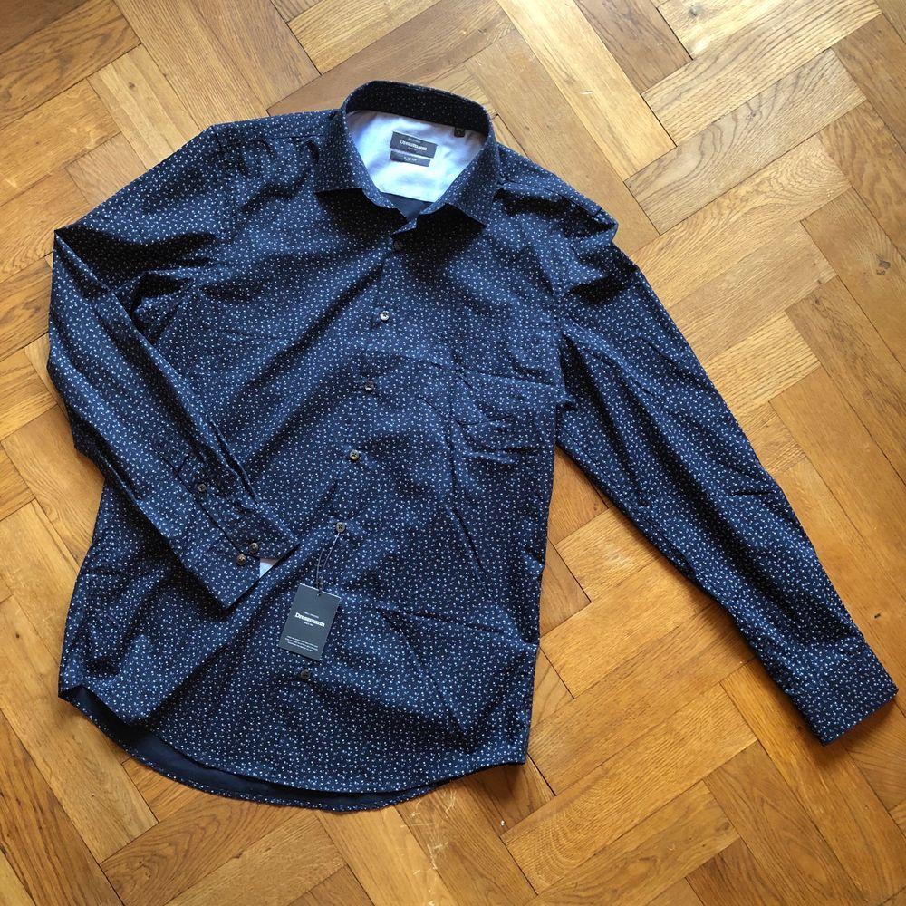 Helt oanvänd skjorta från dressman. Prislappen sitter kvar. Slim fit storlek L. Skjortor.
