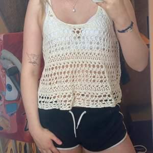 Väldigt luftigt linne från Hollister, perfekt till sommaren med bikini under. Frakt står köparen själv för. Kan mötas upp i Mariestad