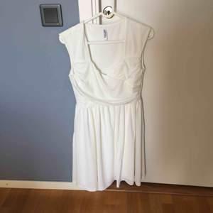 Studentklänning helt oanvänd pris inklusive frakt. Storlek M men passar vanlig S också. Fin och enkel