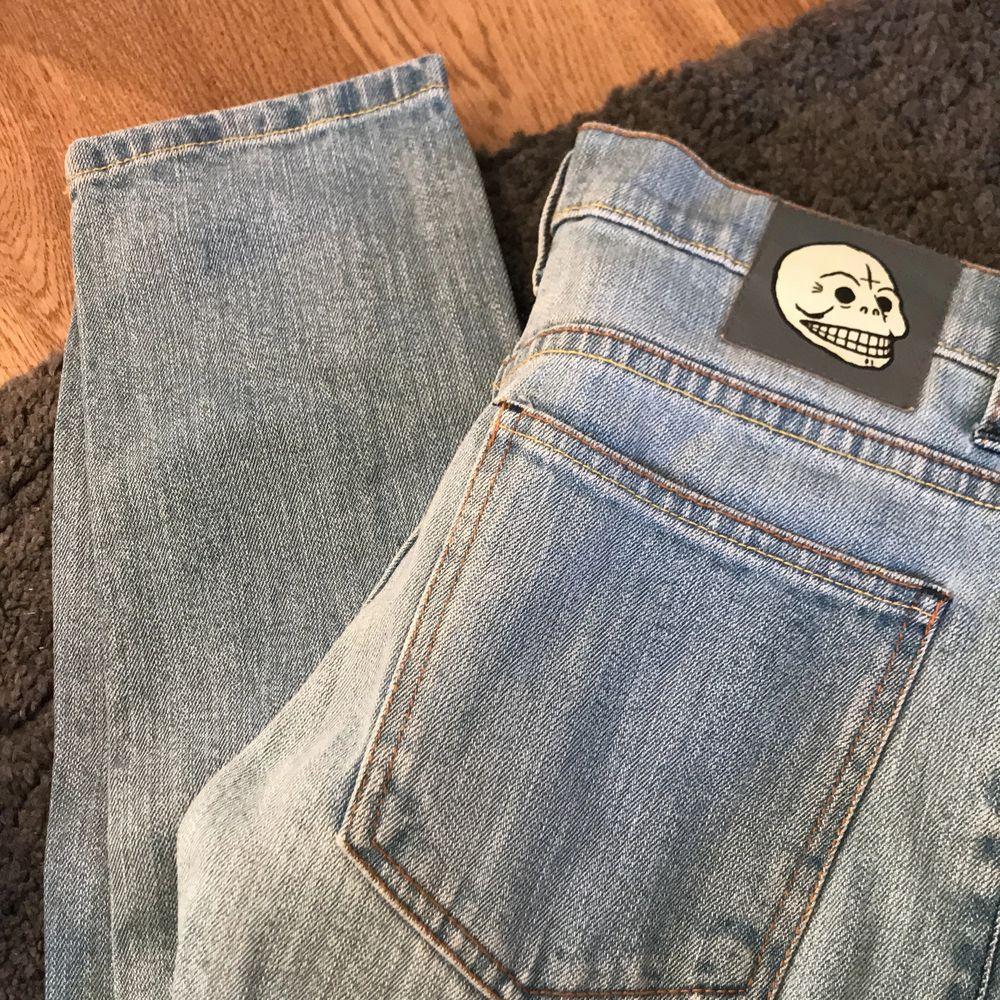 Dessa snygga tighta jeans är från Cheap Monday! 💙 De är storlek 27 men för små för mig som brukar ha 27 i andra jeans🥰 Skulle säga att de passar XS-S! Originalpris är ca 500kr. Vill få dem sålda så snabbt som möjligt så kom med valfritt bud! 💕. Jeans & Byxor.