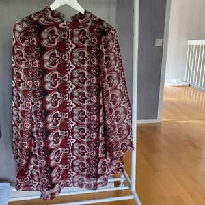 Säljer min fin klänning som jag har använt vid 2 tillfälle. Den är som ny! Säljaren står för frakten📦