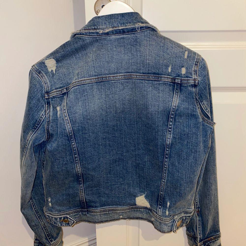 Väldigt sparsamt använd jeansjacka ifrån Zara. . Jackor.
