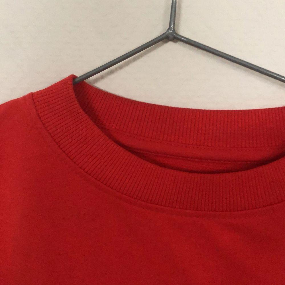 En fin röd sweatshirt i mjukt tyg och fina ärmar. Sitter fint på mig som oftast bär S. Köparen står för frakten!!. Huvtröjor & Träningströjor.