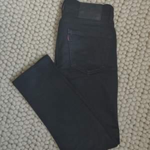 Ett par skitfina svarta Levi's 519. W28. Från början L32 men dom är uppsydda på Levi's Store, är nu L27, passar mig som är 175cm. Köpare står för frakt.✨