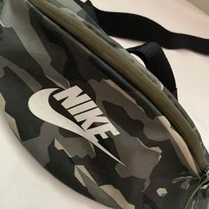Jätte fin Nike Axel/höftvöska med 3 fickor i militärgrön