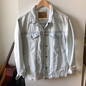 Assnygg oversized jeansjacka från lager 157 i ljus jeans material! Har knappar för att justera den längst ner, storks fickor och två stora gömda fickor på insidan! Storleken är S. (Original pris är 350kr)