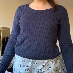 Mörkblå tröja i storlek S.