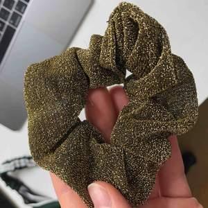 Jättefin guldiga scrunchie! Köparen står för frakt🌍 Vill bli av med allt så fort som möjligt så kolla gärna in mina andra annonser också✨