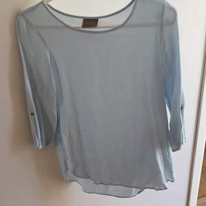 En ljusblå blus från veromoda i storleken S. Exlusive frakt