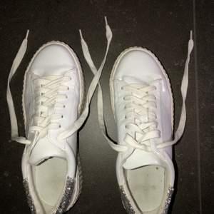 Super fina skor men som tyvärr inte kommer till användning. Använda cirka 2 gånger, och kommer självklart rengöra dom innan. 200kr + frakt. De är i vit lack med silver glitter där bak