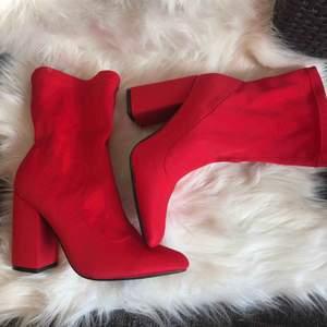 Röda klackar ifrån Boohoo i storlek 38, supersköna att gå i men säljer pga för stora. Köpta här på plick!