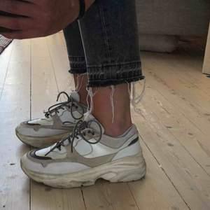 Säljer mina chunky sneakers från Selected då dom inte kommer till användning. Storlek 38 men är något stora i storleken så passar förmodligen även 38,5. Använt skick därav priset. Rengörs självklart vid köp, Nypris 1500 kr. 👟 👟