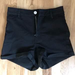 Helt nya svarta jeans shorts från HM, aldrig använda då dem ej passade mig. Storlek 36 men skulle säga att dem passar mer storlek 34. 50kr eller bud, köpare betalar frakt 📦😁