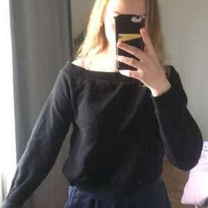 Off shoulder sweatshirt från Gina Tricot i bra skick, endast använd max 5 ggr
