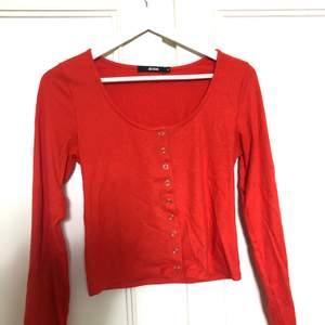Säljer denna orange/röda tröjan med knappar från bikbok, den är ursnygg på men säljs då jag gärna vill ha stora pösiga kläder på mig. Denna är alltså lite mer taight. Storlek M men S-M!!!❤️🧡 ❌köparen står för frakt❌
