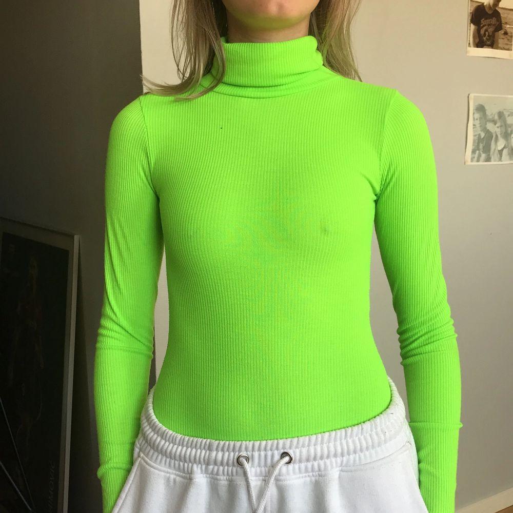 Body från Boohooi en neongrön färg och ribbat material. Endast använd vid ett tillfälle så den är i så gott som nytt skick! (frakt tillkommer) liten i storleken!. Toppar.