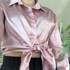 Jäättefiin silkesskjorta från boohoo. Sitter lite lösare på mig, st 36 från boohoo. Så snyggt att knyta den! Har använt väldigt få gånger, kan dock vara någon tråd som sticker ut. Svårt att fånga upp färgen på bild men den är rosa!! Frakt ingår i priset🦋
