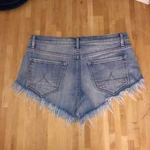 Snygga fransiga jeansshorts med stretch. Storlek 26. Nyskick. Köpta på jc. Frakt 55 spårbart. Samfraktar. Kan mötas upp i Göteborg