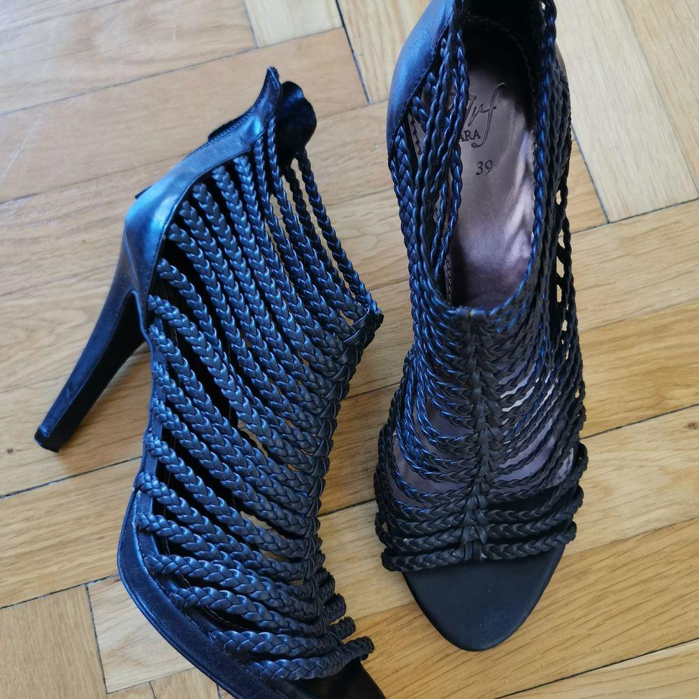 Svarta sandaletter/klackar från Zara med flätade remmar. Endast använda en gång.. Skor.