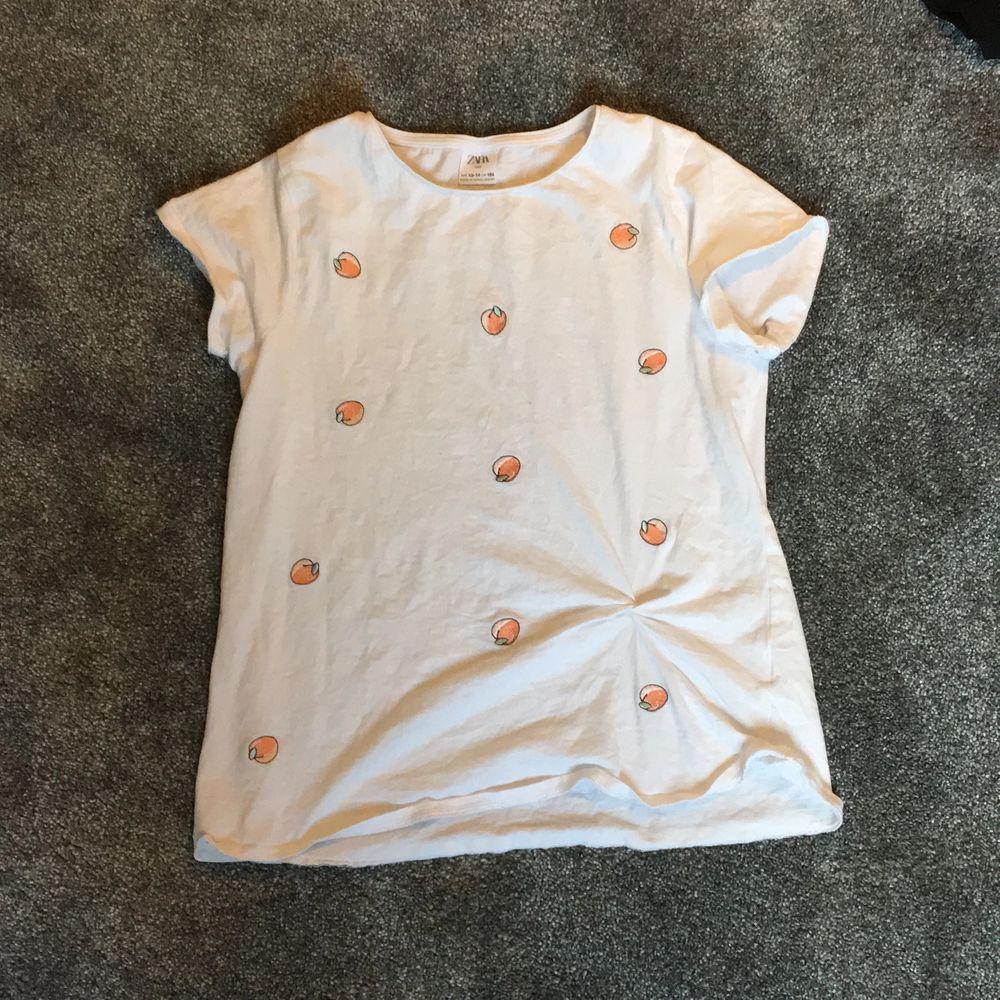 T-shirt från zara storlek 164 (barn) men känns som xs. Bara använd 1 gång. Pris 100 + frakt . T-shirts.