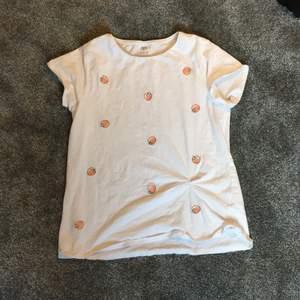 T-shirt från zara storlek 164 (barn) men känns som xs. Bara använd 1 gång. Pris 100 + frakt