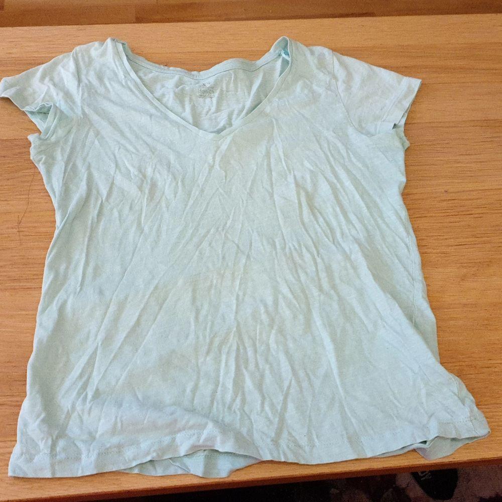 Oanvänd sommarlinne/T-shirt mycket tunn och sval i sommartider. Storlek XS. 30 kr med frakten inräknat.. T-shirts.
