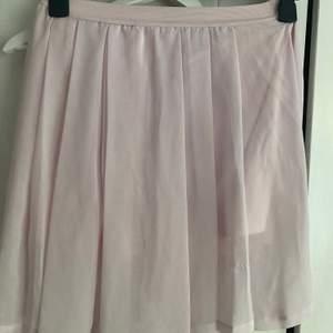 Kort, lätt plisserad rosa kjol från pull and bear strl M liten missfärgning (se bild)💕
