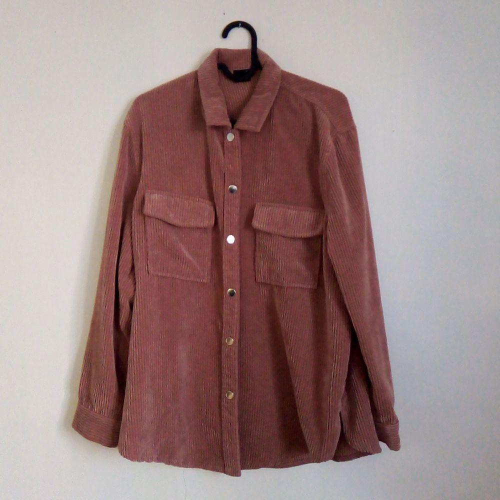 Rosa Manchester-liknande skjorta ifrån Gina Tricot. Nästintill oanvänd. . Skjortor.