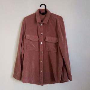 Rosa Manchester-liknande skjorta ifrån Gina Tricot. Nästintill oanvänd.
