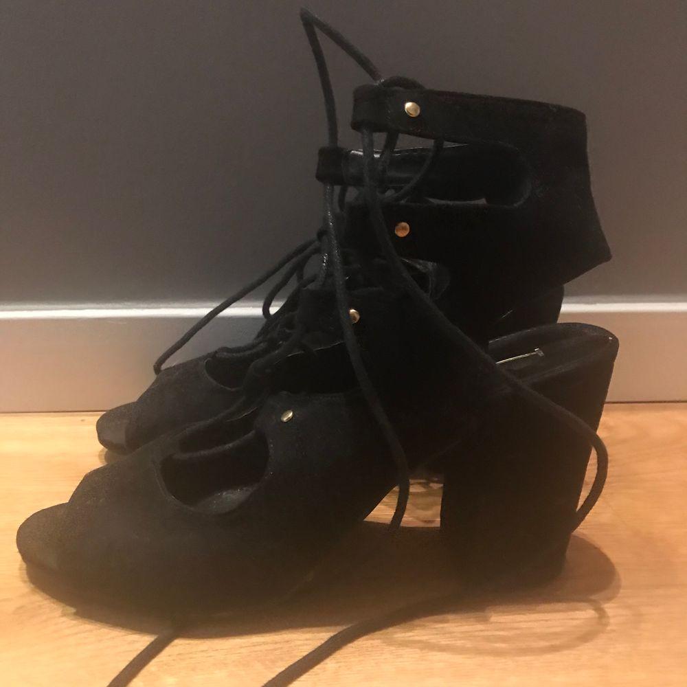 Snörade klackar, perfekt till sommaren. De har några fläckar på ena skon (se tredje bilden). Syns dock knappt om du har skon på då foten täcker. Frakt tillkommer✨. Skor.