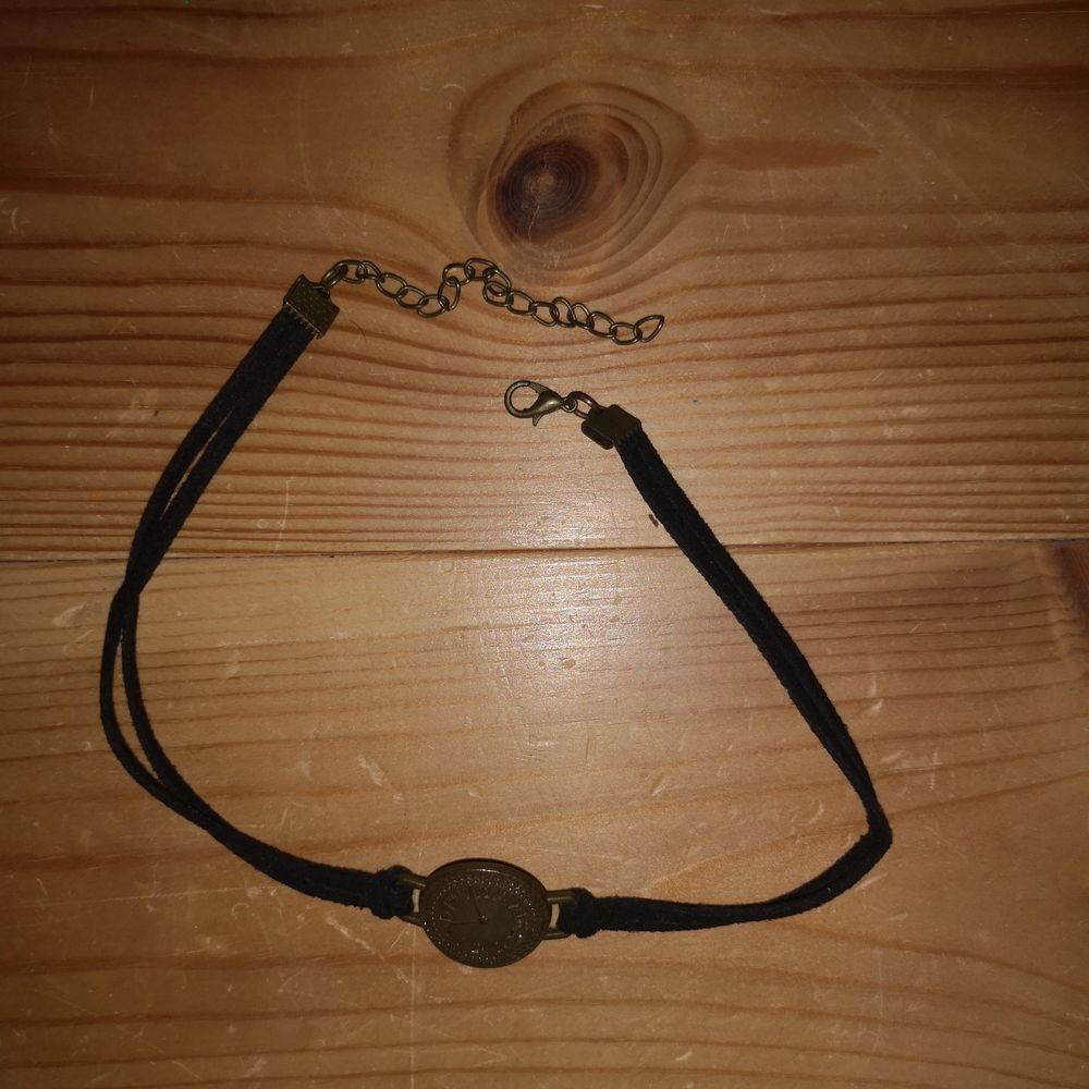 Cool svart justerbar choker med dubbla straps i läderimitation. Har som en liten guldig klocka fram på mitten✨ Frakten inräknad i priset!. Accessoarer.