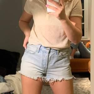 Säljer mina Levis shorts köpta för 600, jag säljer för 200!💕 Säljer pga för stora för mig