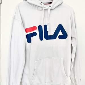 Vit hoodie med muddar och märket Fila på bröstet. Köpt på Junkyard. Hoodien är i nyskick och har inte använts många gånger!☺️ Önskas leverans så står köparen för det🌞