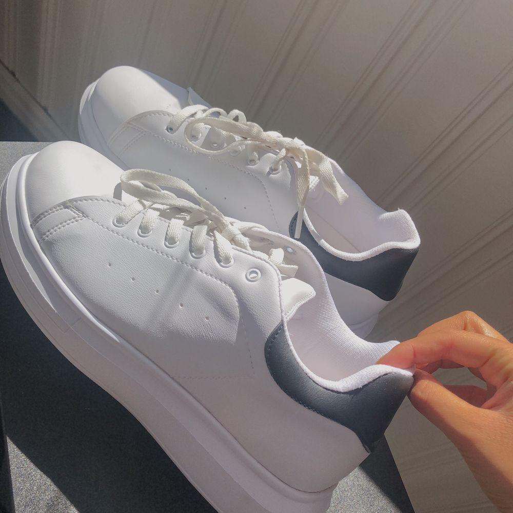 säljer super fräscha vita sneakers från Nelly.  Skorna är använda endast en gång så de är i princip i nytt skick.     OBS! Dessa är små i storleken, jag har 39 men var tvungen att gå upp två storlekar!  Frakt tillkommer! 👟. Skor.