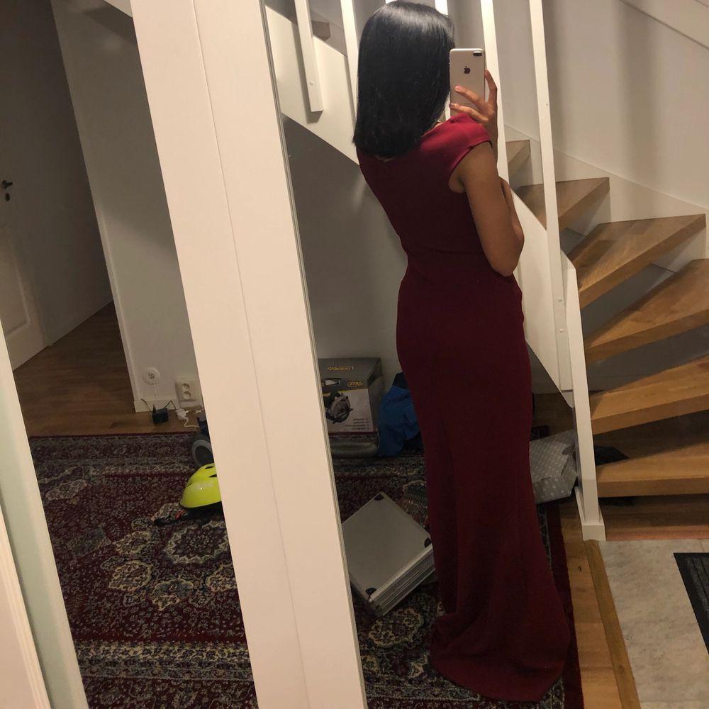 Vin röd lång klänning. Endast använd 1 gång, väldigt bra skick och ingen fläck eller märke på klänningen. Klänningen är köpt från bubbelroom för 899 kr men säljs för 299 kr plus frakt. Klänningar.