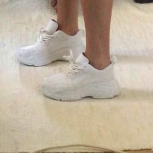Snygga vita skor till sommaren🥰