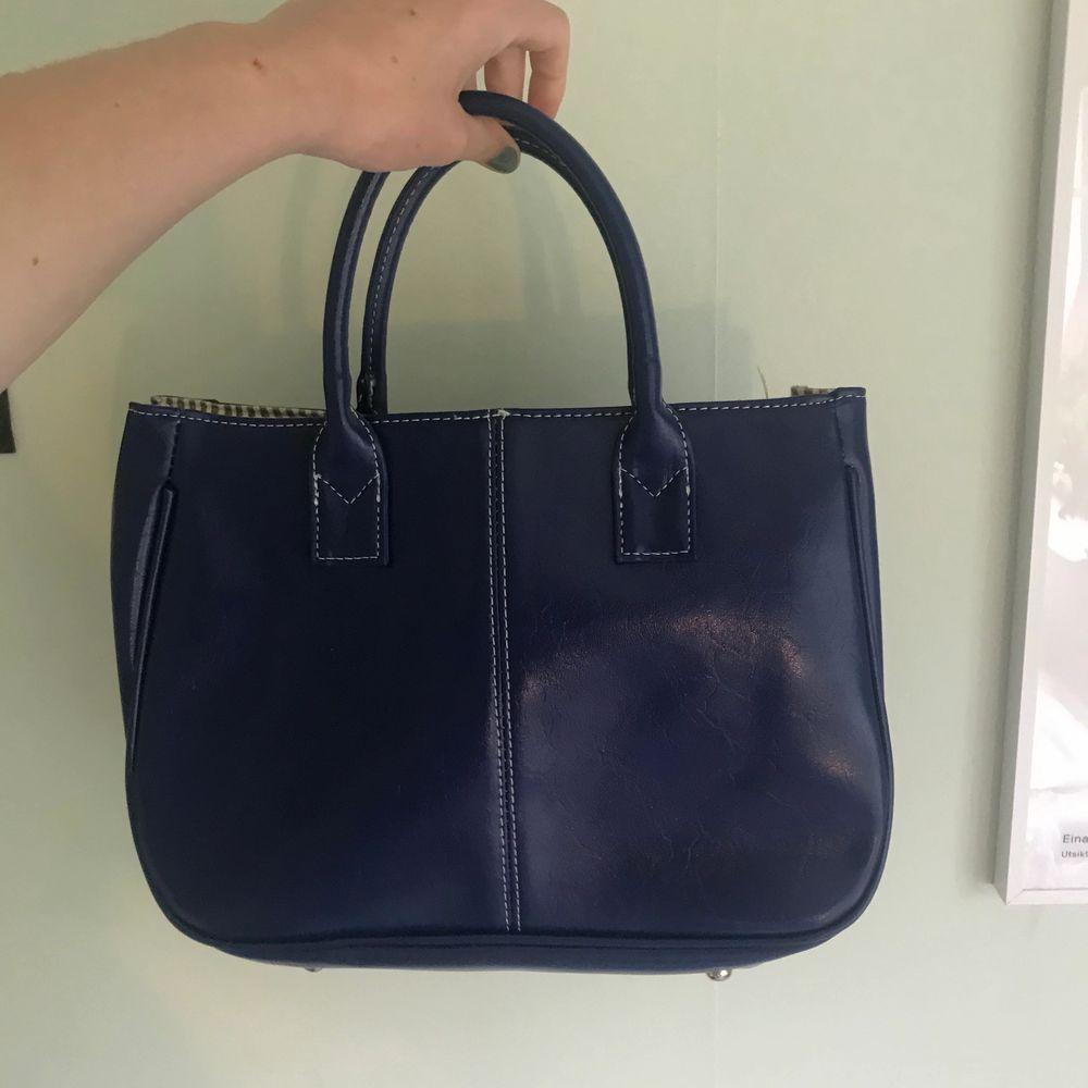 Svincool blå handväska!! Använd 5 gånger!! Väldigt retor vibbar!. Väskor.