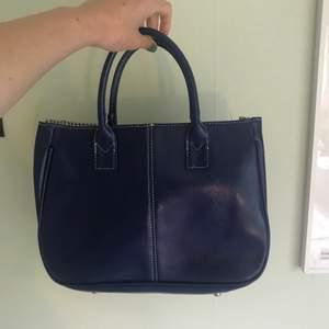 Svincool blå handväska!! Använd 5 gånger!! Väldigt retor vibbar!