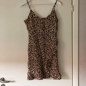 Jättefin klänning från H&M i leopardmönster! Aldrig använd så den är i jättefint skick! Frakt tillkommer på 63kr 💞💞
