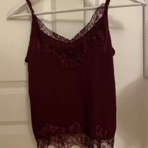 Super gulligt linne med spets köpt för några år sedan i Bik Bok, knappt använd väldigt bra skick i storlek S