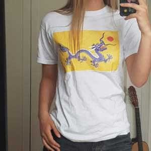T-shirt med tryck, köpt secondhand☀️🐉Kan mötas upp eller frakta! (Frakt 42kr)