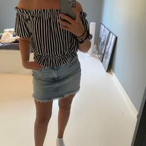 Hej jag säljer en H&M tröja som är off shoulder i medium. Säljer den för 100kr ink frakt!