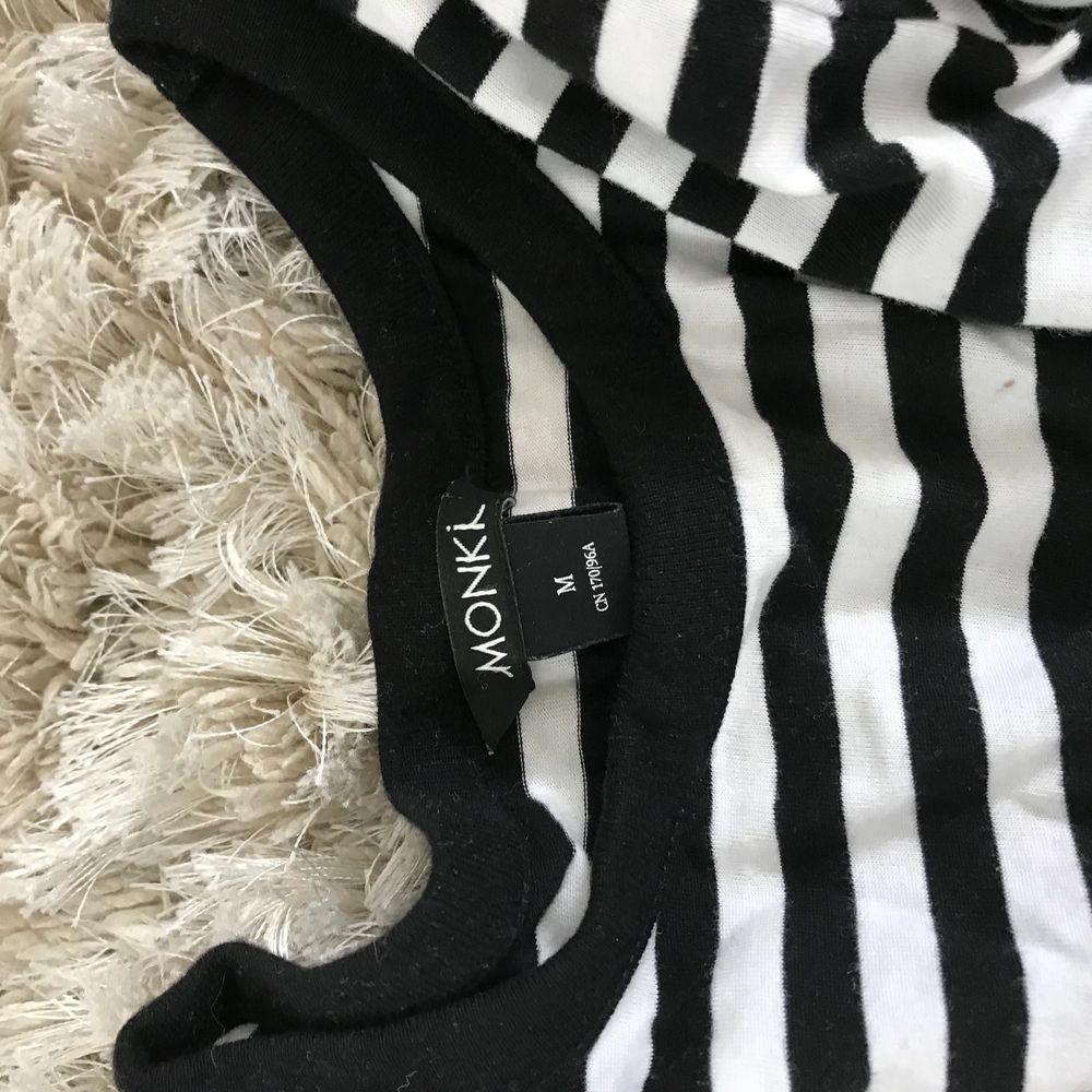Söt randig tröja från monki i stl M! Knappt använd och i perfekt skick:3 köpt för 250kr och säljer för 100kr+frakt::. Skjortor.