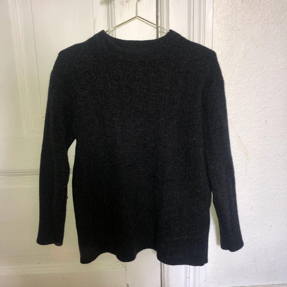 Mörkgrå stickad tröja från Sand. Storlek S!. Stickat.