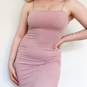 Ljusrosa strappy klänning från Bik Bok. Söt färg, storlek XS men supertretchig och ribbad så passar även S. Sparsamt använd.