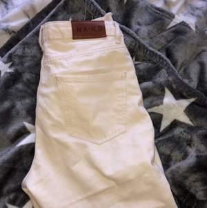 Helt nya byxor som aldrig använts. Säljer då dom sitter för tight på mig som är 164,5cm men sitter annars bra. Ny pris 399 mitt pris 120kr. Frakt står köparen för💞